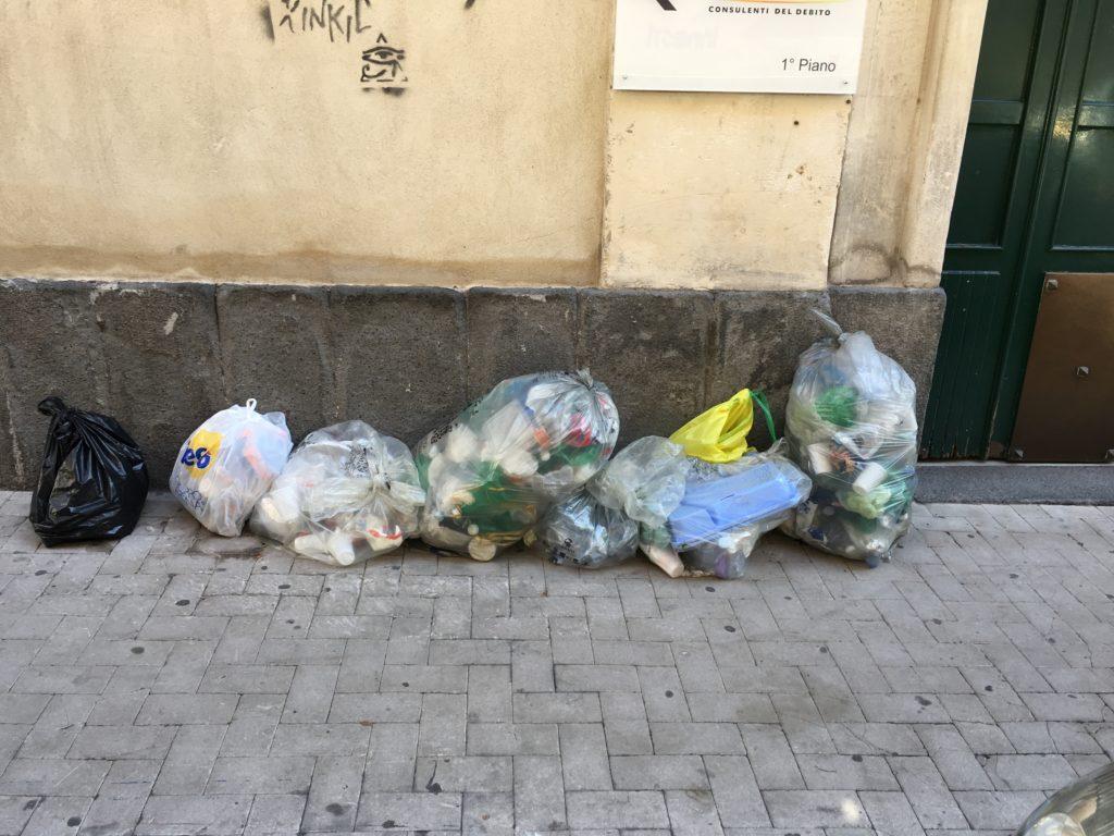 Spazzatura differenziata non raccolta in via M. Sangiorgi