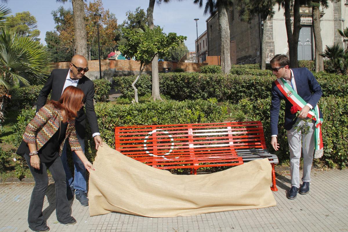 Belpasso giardino martoglio una panchina rossa contro il - Lotta alle talpe in giardino ...