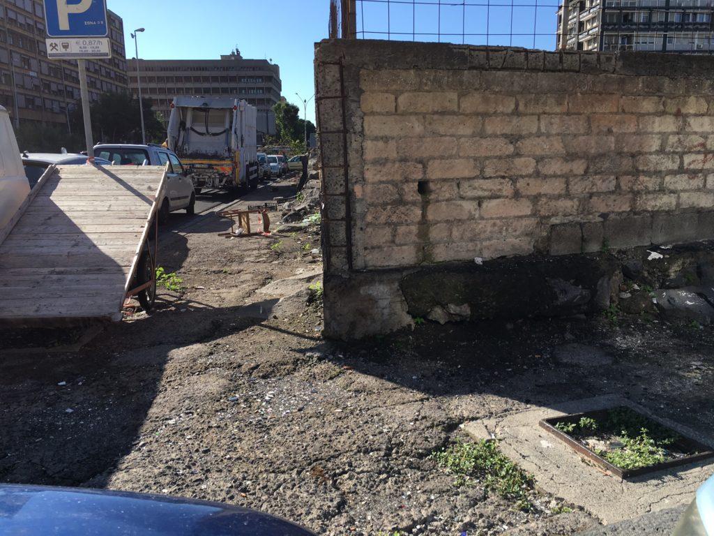 Rifiuti speciali abbandonati per strada in corso Sicilia