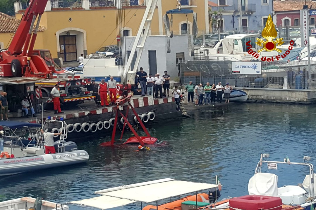 Questa mattina un'auto Enjoy è stata avvistata in mare presso il porticciolo di Ognina. L'autovettura è stata recuperata dai Vigili del fuoco di Catania.