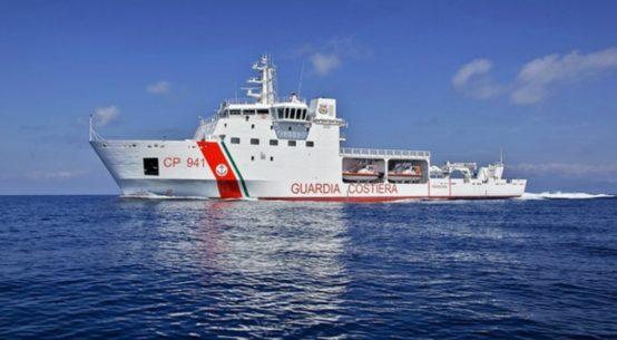 Sbarca a Catania la nave Diciotti con a bordo 932 migranti. Nell'imbarcazione ci sono anche due cadaveri e anche 4 donne incinte e un minorenne.