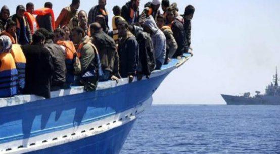 Sarà Lampedusa ad accogliere i 42 migranti salvati dalla nave Trenton della Marina americana davanti alle coste libiche. I migranti sono gli unici superstiti di un naufragio che ha causato la morte di altre 12 persone. La Trenton, a quanto si apprende, arriverà in prossimità di Lampedusa domenica mattina e dall'isola si muoverà un mezzo della Guardia costiera italiana che recupererà i 42 per trasferirli in un porto ancora da assegnare.