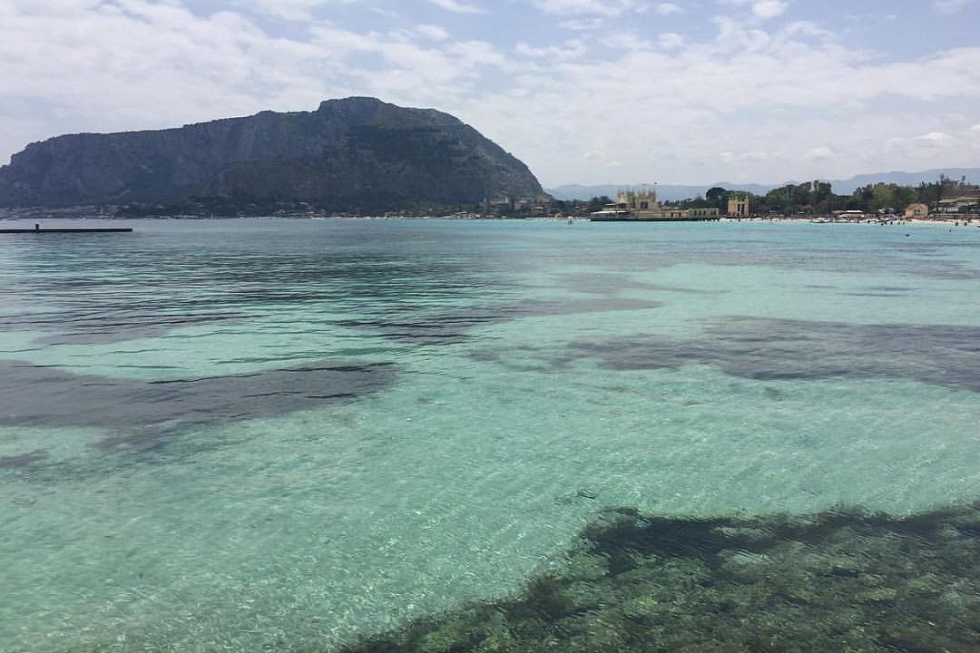 Bagnante rischia di annegare a Mondello, salvato dai pompieri