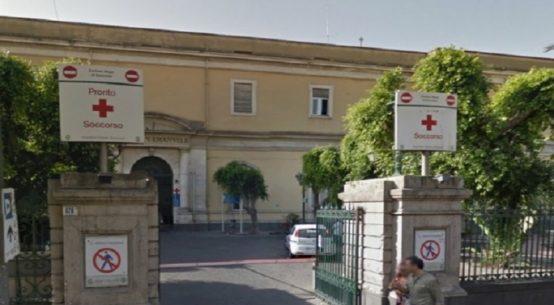 Parcheggia lo scooter in zona vietata. Richiamato dal vigilantes in servizio all'ospedale Vittorio Emanuele, lo colpisce alla testa. Denunciato dai Cc
