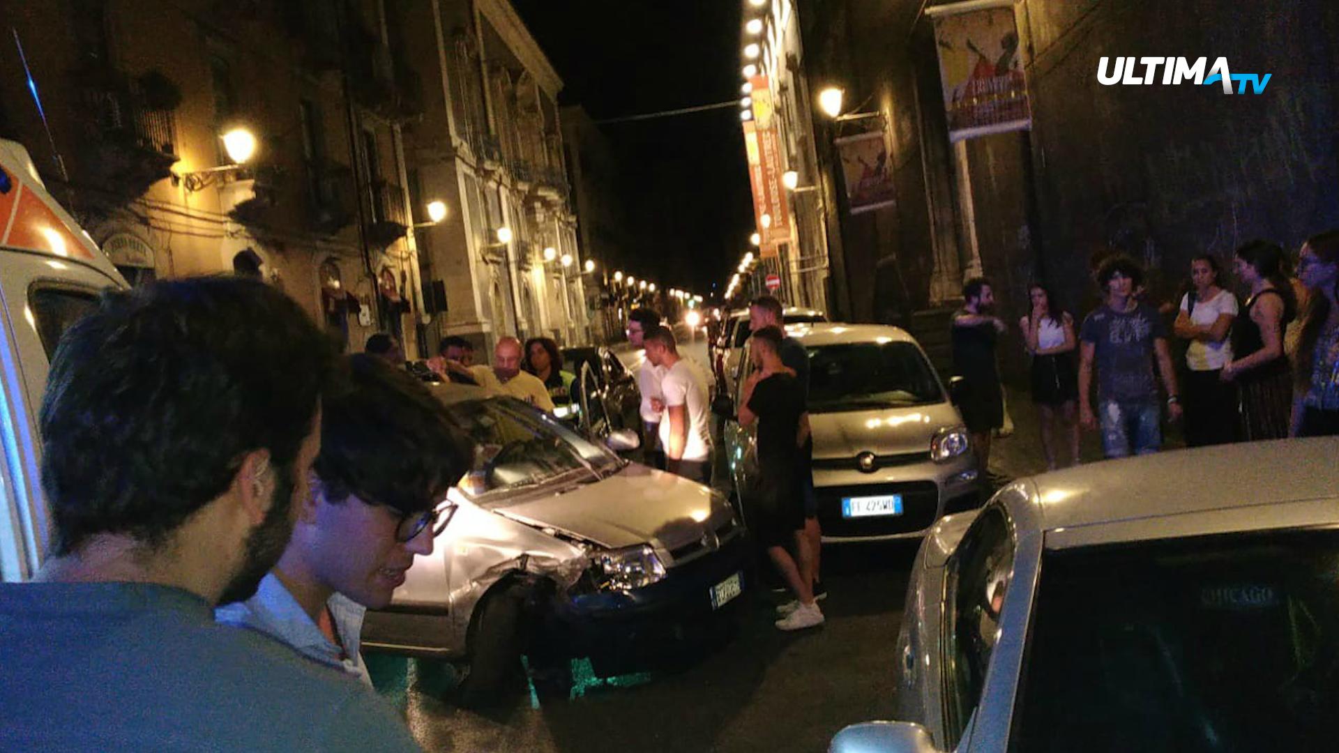un uomo, a bordo della sua auto, ha seminato il panico tra le vie del centro storico, andando a forte velocità tra la folla.