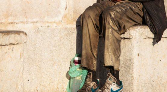 Stava dormendo nella sua roulotte quando è stato improvvisamente aggredito. E' quanto accaduto lunedì notte a Mohamed, un clochard 60enne.