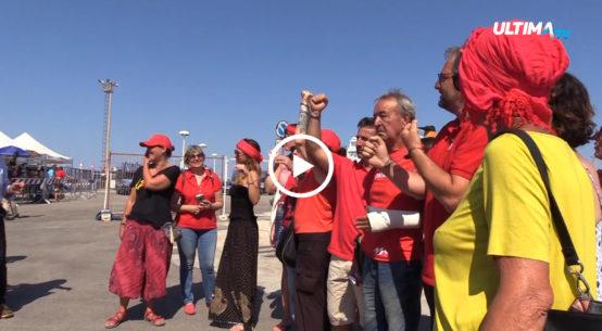 Presidio antirazzista, con lo slogan 'Restiamo umani' scandito ad alta voce, al molo Ronciglio di Trapani durante l'attesa per la nave Diciotti della guardia costiera con 67 migranti a bordo.