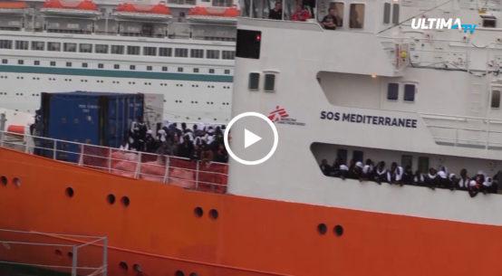 Via libera allo sbarco dei migranti da due giorni in rada a Pozzallo. All'interno dell'hotspot si registra, però, una situazione difficile.