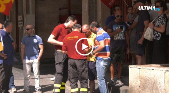 Oggi protesta dei vigili del fuoco di Catania davanti la sede del comando provinciale di via Beccaria. Alla base dell'agitazione la cronica carenza d'organico, i concorsi bloccati e gli straordinari pagati con grave ritardo.