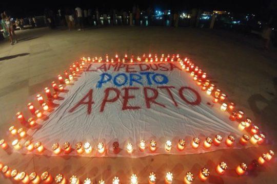 E' questo il messaggio che l'isola siciliana rivolge idealmente alla nave Diciotti, da cinque giorni al largo di Lampedusa con a bordo 177 migranti soccorsi.