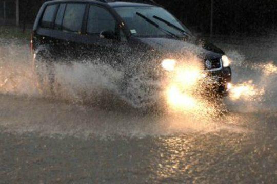 E' esondato a causa della forte pioggia che si sta abbattendo sul Catanese il torrente Sbardalasino.