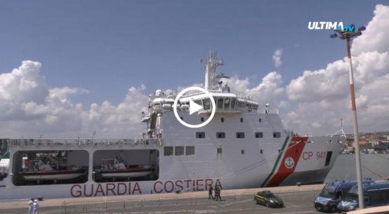 Continua la situazione di stallo per i 150 migranti della nave Diciotti. Intanto a bordo aumenta la tensione