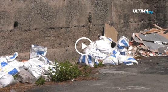 Il plesso della scuola materna Livio Tempesta di via Moncada abbandonato da anni è sommerso dai rifiuti.