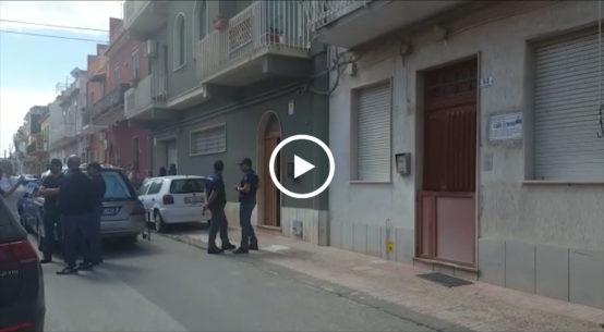Una donna di 47 anni, Loredana Lo Piano, è stata uccisa stamane ad Avola, nel siracusano, davanti alla porta di casa, in via Savonarola, in pieno centro.
