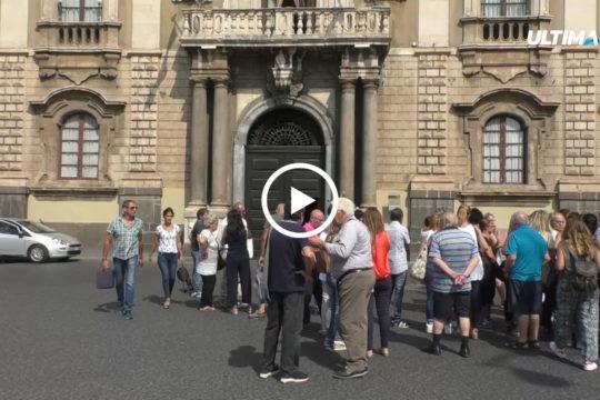 Manifestazione in piazza duomo di 300 operatori delle coop sociali che chiedono aiuto al sindaco Pogliese. La paura è quella dell'effetto dissesto.