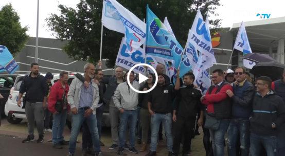 Sit-in di protesta davanti l'area commerciale del Centro Sicilia per i lavoratori della distribuzione Cambrìa, proprietaria di cinque supermercati.