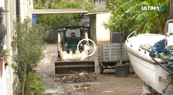 Amaro risveglio per gli abitanti del Villaggio Santa Maria Goretti, costretti a ripulire le abitazioni dal fango dopo il nubifragio di ieri pomeriggio.