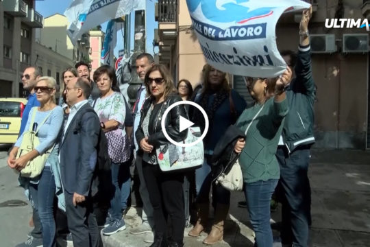 Sit-in di protesta dei lavoratori della 4U Servizi davanti la Prefettura di Palermo contro i 58 licenziamenti dei lavoratori del call center.