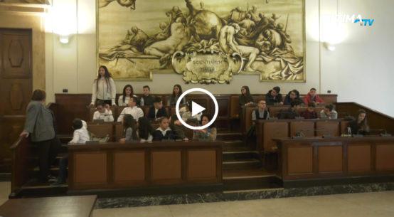 I Baby consiglieri dell'istituto comprensivo San Giovanni Bosco, nel quartiere Fortino a Catania, hanno incontrato questa mattina gli assessori comunali.