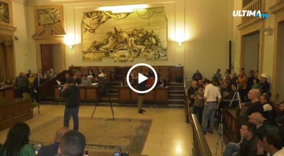 Il consiglio comunale sul dissesto di Catania si è tenuto ieri sera in un clima di protesta in aula. Bonaccorsi e Pogliese hanno puntato il dito su Bianco.