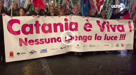 I catanesi sono scesi ieri sera in piazza per chiedere l'intervento dei governi regionale e nazionale. Catania non vuole spegnere la luce.