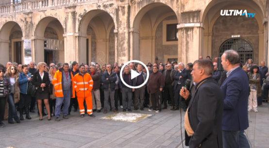 Clima di grande agitazione al Cortile di Palazzo Platamone, dove è stata convocata un'assemblea generale dai sindacati e dai dipendenti comunali.