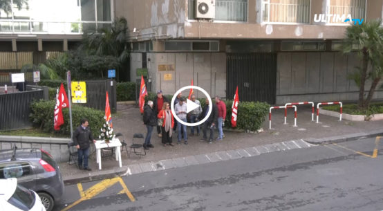 Gli ex ricercatori hanno protestato stamane davanti la sede della Presidenza della Regione Siciliana per chiedere una data ufficiale di incontro.
