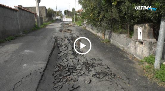 A Vaccarizzo, a sud di Catania, un malfunzionamento delle tubature provoca continui smottamenti del terreno che rendono impraticabili alcune strade.