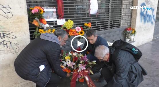 Una corona di fiori questa mattina è stata deposta sul luogo in cui è stato ucciso Aldo, il clochard di origini francesi trovato morto ieri mattina a Palermo.