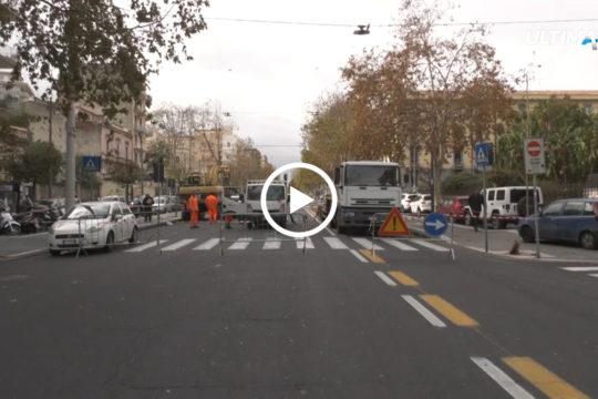 Corso Italia chiuso al traffico per il distacco dell'asfalto. Numerose le segnalazioni sulle strane vibrazioni del manto stradale.