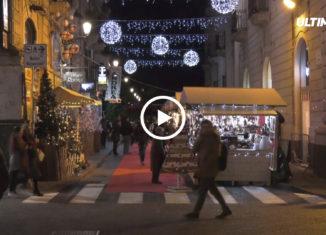 Sarà inevitabilmente un Natale difficile per Catania per le note vicende legate al dissesto del comune. Ma grazie al contributo di privati e associazioni il centro storico è comunque in buona parte addobbato. E tra le associazioni attive c'è quella denominata ScieMarket, che si occupa dell'organizzazione di mercatini in Via Minoriti.