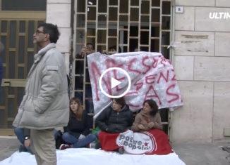 Sono 13 le famiglie sgomberate stamane da un immobile occupato illegalmente in via Savagnone a Palermo. Gli occupanti hanno incontrato l'assessore comunale alle attività sociali per trovare una sistemazione alternativa.