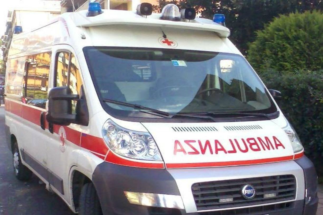 La guardia di finanza di Catania ha sequestrato due autoambulanze e denunciato un italiano, nell'ambito del contrasto ai traffici illeciti.
